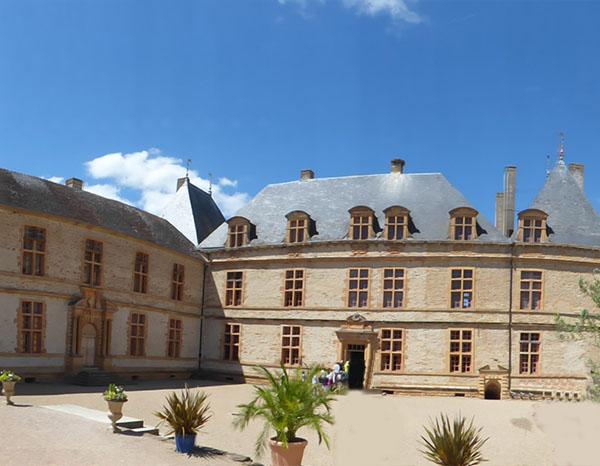 cour Château de Cormatin