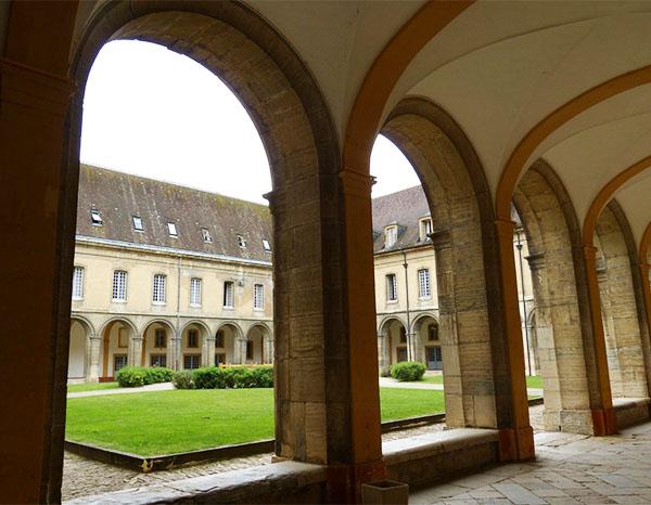 cour interieur abbaye de cluny