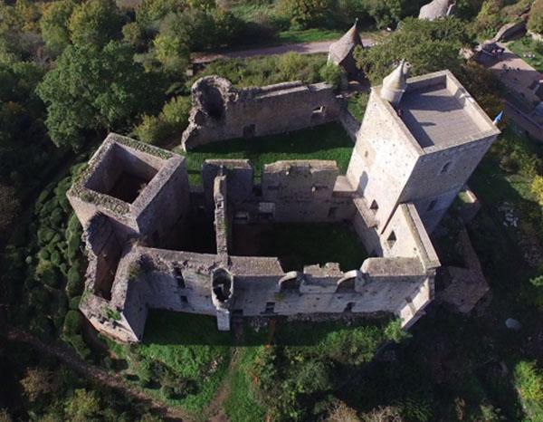 vue aerienne du Château de Brancion en Bourgogne - crédit photo Buck Rodgers